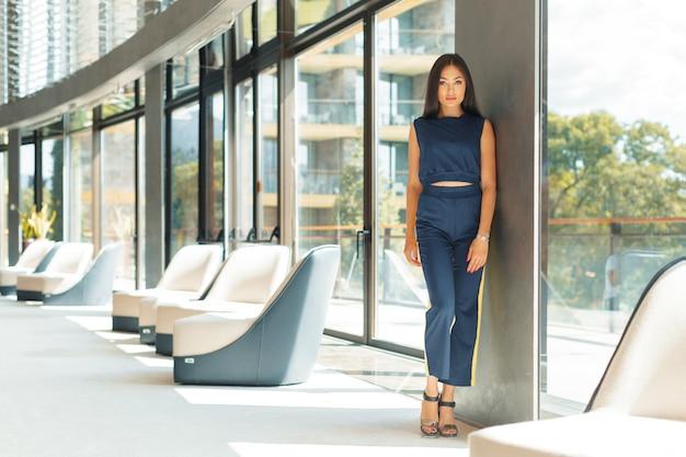 魅力的な自信を持って若いビジネス女性