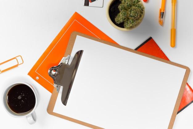 テキストのコピースペースを持つ空白のオフィスデスクの背景。上面図。
