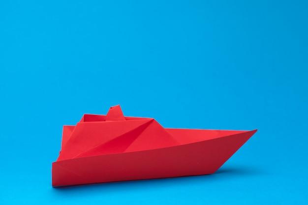 Победитель красный бумажный кораблик