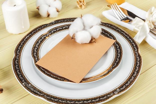 Вид сверху сервировки свадебного стола с украшениями