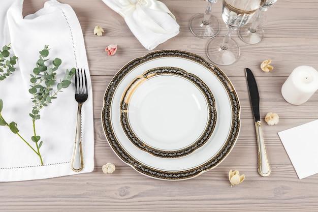 木製のテーブルに美しい素朴なテーブルの設定