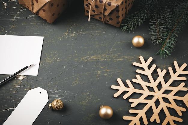 季節の装飾に囲まれた手紙、封筒、羽ペンでクリスマスの背景