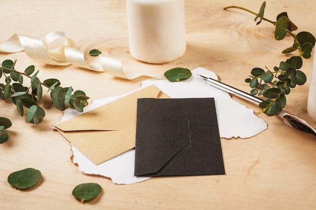 木製の背景にビンテージ羽ペンと季節の手紙