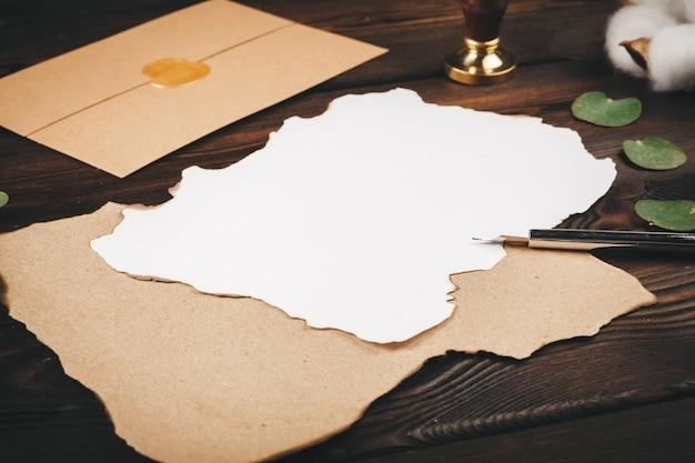 木製のテーブルにホリデービンテージスタイルのグリーティングカードを書く、コピースペース