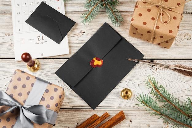 Написание рождественского поста на праздничном деревянном украшенном фоне