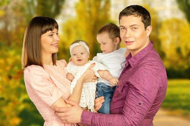 彼らの時間を楽しんでいる秋の公園で幸せな家族