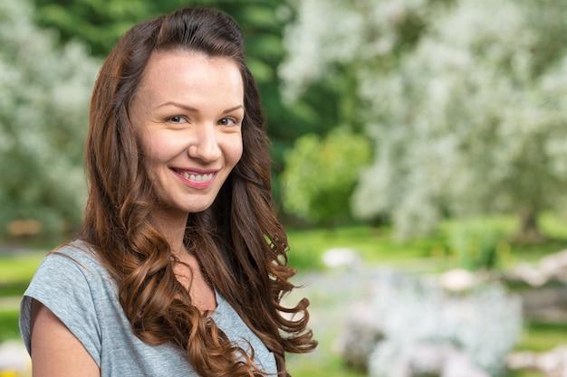 笑顔幸せな若い美しい女性のスタジオ撮影