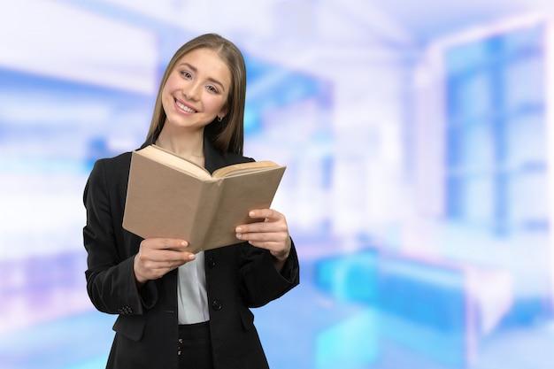 Улыбающаяся девушка с книгами