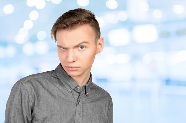 ショックを受けた表情を持つ若い男の肖像