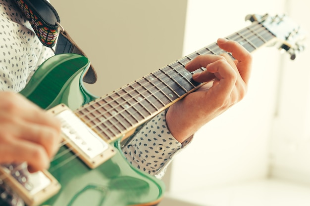 Мужчина играет на электрогитаре