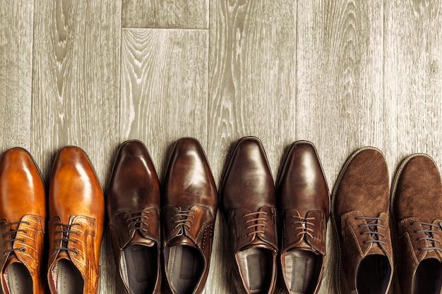 木製の表面に男性の靴とファッションのコンセプト