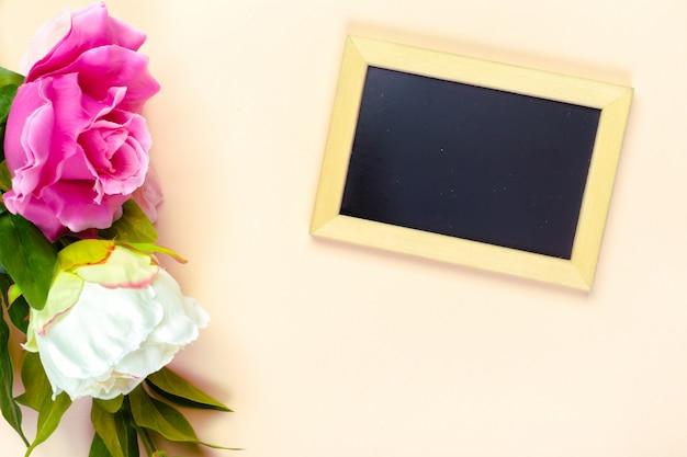Маленькая деревянная деревянная доска и цветы
