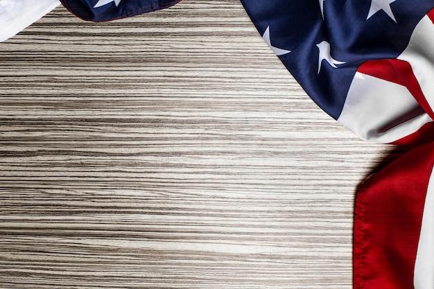 木製のテーブルにアメリカの国旗