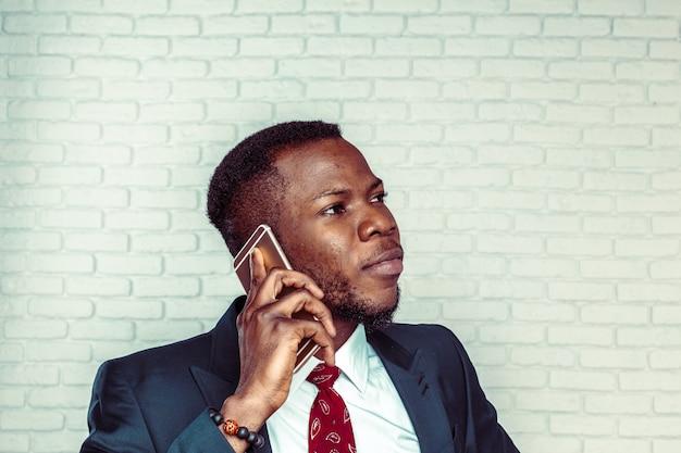 スマートフォンでアフリカ系アメリカ人