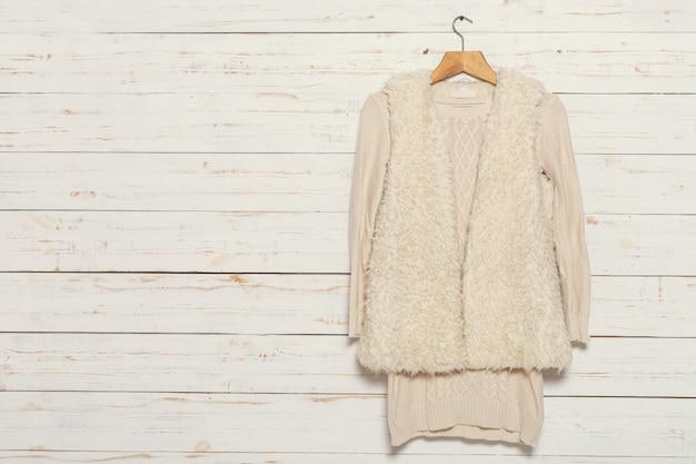 木製洋服掛けのニットセーター