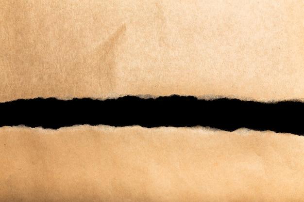 Бумага оторвана на черной поверхности