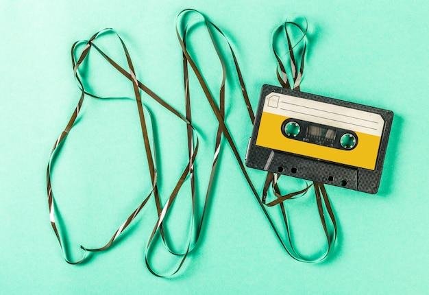 Старые аудиокассеты на бирюзовой поверхности