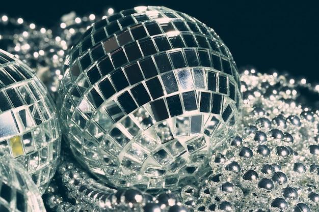 Зеркальные шары, отражающие огни крупным планом, фон ночной жизни