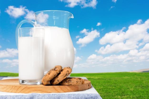 自然な背景を持つテーブルの上のミルク