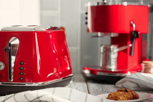 Кухонная полка с красной посудой и посудой