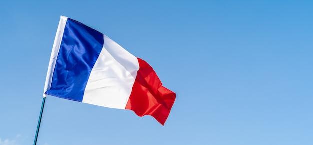 空の風になびかせてフランスの旗