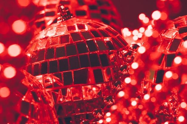 赤いライトを反射するミラーボール
