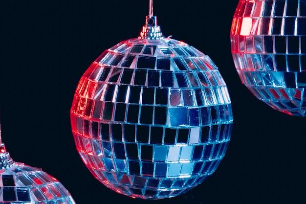 Игристые диско шары висит в воздухе на черном фоне