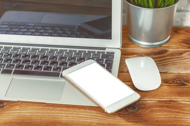 Стол офиса с телефоном компьтер-книжки умным и предпосылкой офиса.