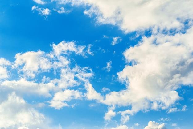 Голубое небо с облаками фон