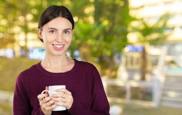 コーヒーを飲みながら若くて美しい女性の肖像画
