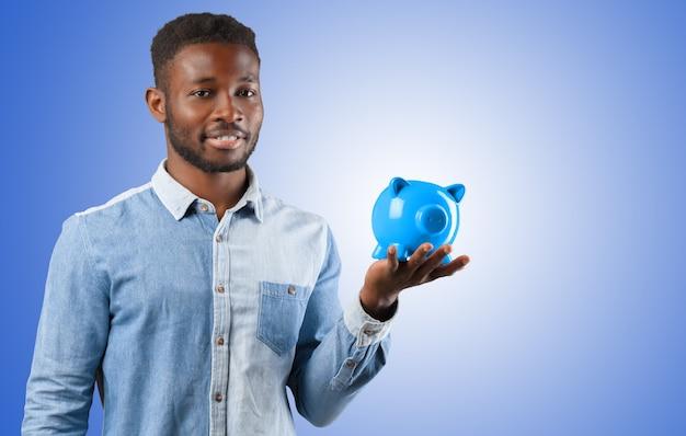 Деловой черный человек с копилкой. концепция экономии денег