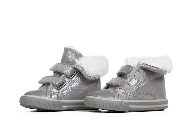 Чистка обуви на белом фоне