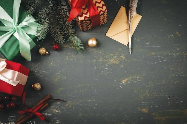 Поздравительное письмо, конверт и перо с елочными украшениями
