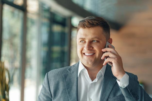 Бизнесмен, имеющий телефонный звонок в офисе