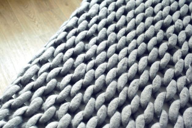 Серый вязаный гигантский плед