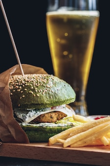 Свежий вкусный гамбургер