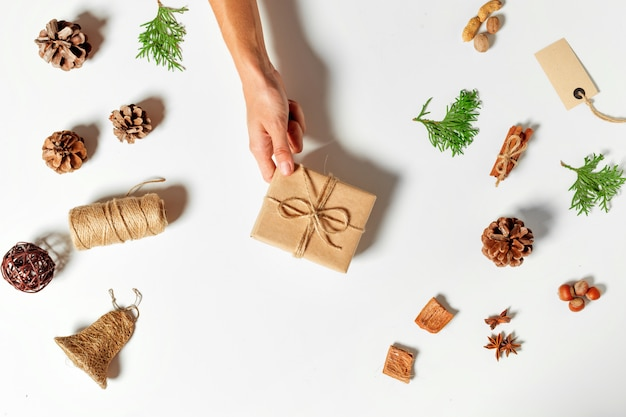 クラフトに包まれて装飾されたクリスマスプレゼントのトップビュー