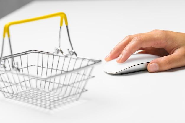 マウスとショッピングカートに手