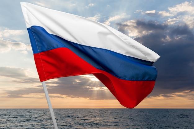 ロシアの旗を振る