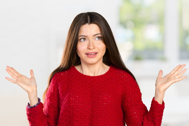 彼女は知らないと言って彼女の手を保持しているかなりビジネス女性