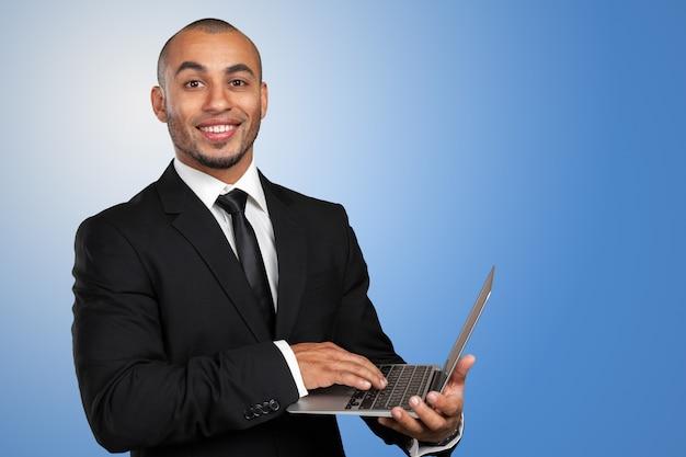 Черный деловой человек с ноутбуком