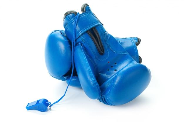 ボクシンググローブは白い表面にクローズアップ