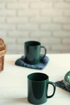 Зеленая пластиковая посуда на столе крупным планом