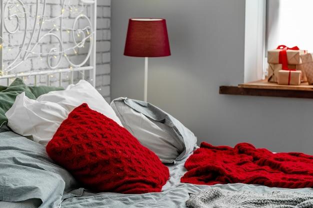 クリスマスに装飾されたモダンな明るい寝室のインテリア