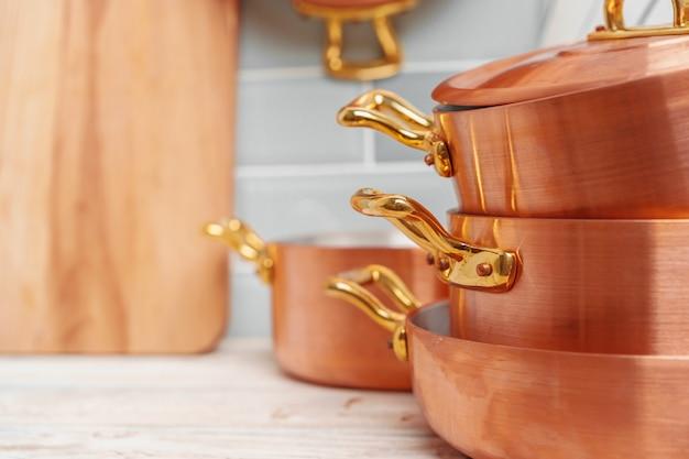 銅の台所用品とモダンなキッチンの詳細をクローズアップ