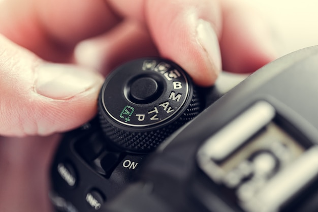 手でカメラを持つカメラマン