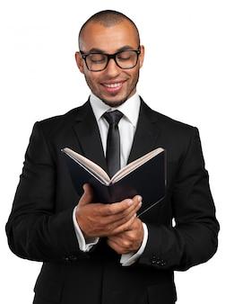 本を持っているビジネス黒人男性