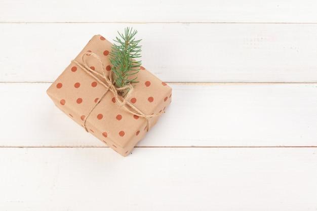 Связанные бантами подарочные коробки на белом деревянном, вид сверху