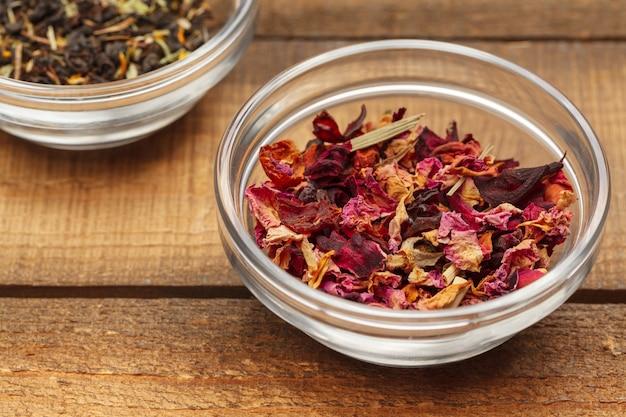 木製のボウルに芳香族乾燥茶
