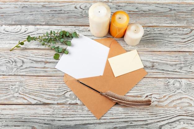 Вид сверху письма деду морозу. бумага на деревянном с праздничными украшениями
